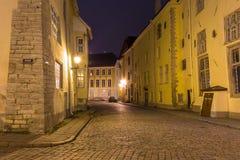 Medeltida gata i den gamla staden på natten, Tallinn Royaltyfri Bild