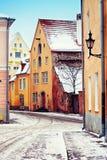 Medeltida gata i gammal stad av Tallinn Royaltyfria Bilder
