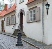Medeltida gata i gammala Riga, Lettland Arkivbild