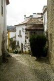 Medeltida gata i Obidos, Portugal arkivbilder