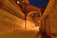 Medeltida gata på natten i Sibiu Arkivbilder