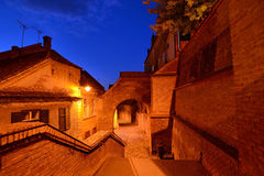 Medeltida gata på natten i Sibiu Royaltyfri Foto