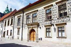 Medeltida gator av gamla Krakow nära Wawel rockerar, Polen Arkivfoton