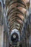 Medeltida gotisk arkitektur inom en domkyrka i Spanien Stenar royaltyfri fotografi