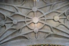 Medeltida gotisk arkitektur inom en domkyrka i Spanien Stenar royaltyfri foto