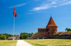 Medeltida gotisk Kaunas slott med tornet, Litauen arkivfoton