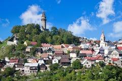 Medeltida gotisk Stramberk slott och historisk stad, Moravia, C Arkivfoto