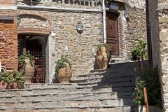 Medeltida gränd i Tuscany Arkivfoto