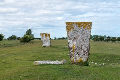 Medeltida gravplats med stora huvudstenar på ett grönt fält Fotografering för Bildbyråer