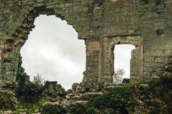 Medeltida grottastad-fästning Chufut-grönkål i bergen royaltyfria foton