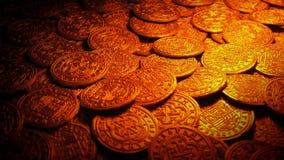 Medeltida guld- mynt i brandljus lager videofilmer