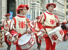 Medeltida handelsresandear i en reenactment i Italien Royaltyfria Foton