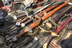 Medeltida harnesk, svärd och chainmail Arkivbilder