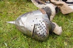 Medeltida hjälm som är stupad på jordningen Royaltyfri Foto