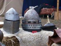medeltida hjälmar Arkivfoto