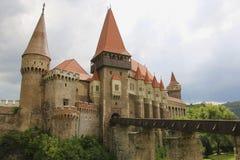 Medeltida Hunyad eller Corvin slott, Hunedoara stad, Transylvania r royaltyfria bilder