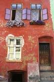 Medeltida hus i Sighisoara, Rumänien Arkivbild