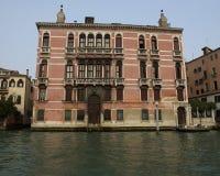 Medeltida hus längs Grand Canal i Venedig, Italien Arkivbilder