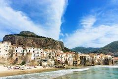 Medeltida hus och LaRocca kulle i Cefalu i Sicilien, Italien arkivfoton