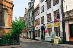 Medeltida hus på den Jana gatan i sommar latvia gammala riga Fotografering för Bildbyråer