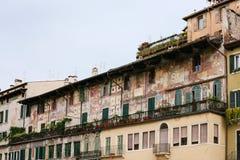 Medeltida hus på piazzadelle Erbe i Verona Arkivfoto