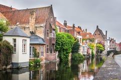 Medeltida hus tillsammans med en kanal i Bruges Arkivbild