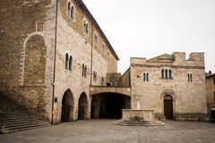 Medeltida huvudsaklig fyrkant av staden av Bevagna Royaltyfria Bilder