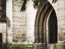 Medeltida ingång i transilvaniaslott Arkivbild