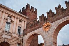 Medeltida italiensk slott i Verona: Portoni dellabehå arkivbild
