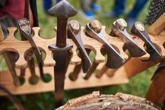 Medeltida järnyxor, med trähandtag Arkivfoto