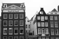 Medeltida kanalhus i Amsterdam i svartvitt Royaltyfri Fotografi