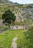 Medeltida kapell i berg Arkivfoto