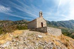Medeltida kapell i berg Montenegro Royaltyfri Fotografi