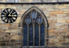 Medeltida klocka och fönster Arkivbild
