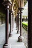 Medeltida kolonnkloster i abbotskloster av Mont-Helgon-Michel, Normandie, Frankrike Royaltyfri Fotografi