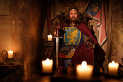 Medeltida konung på biskopsstolen i forntida slottinre arkivfoton