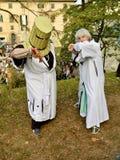 Medeltida korsfarare på Lucca komiker och lekar 2014 arkivbild
