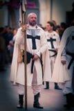 Medeltida korsfarare under en utomhus- framställning royaltyfri foto