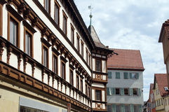 Medeltida korsvirkes- hus med fjärdtornet Royaltyfria Bilder