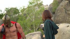 Medeltida krigare, i att utarbeta i träna med hans kvinna stock video