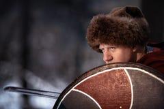 Medeltida krigare med svärdet och skölden royaltyfri foto