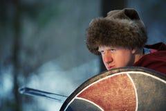 Medeltida krigare med sv?rdet och sk?lden royaltyfria foton