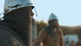 Medeltida krigare som förbereder sig för strid stock video