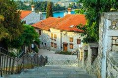 Medeltida kroatisk gammal gata, med blommig byggnad i Rovinj, Europa arkivfoto