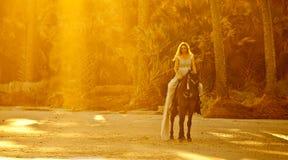 Medeltida kvinna på hästrygg royaltyfri foto