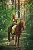 Medeltida kvinnajakt för fantasi i skog royaltyfri foto