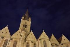 Medeltida kyrka per natt royaltyfri foto
