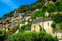 Medeltida kyrka som döljas i naturen, Dordogne, Frankrike Royaltyfri Fotografi