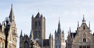 Medeltida kyrkliga torn och handels- hus i Ghent, Belgien Fotografering för Bildbyråer