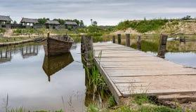 Medeltida landskap nära sjön fotografering för bildbyråer